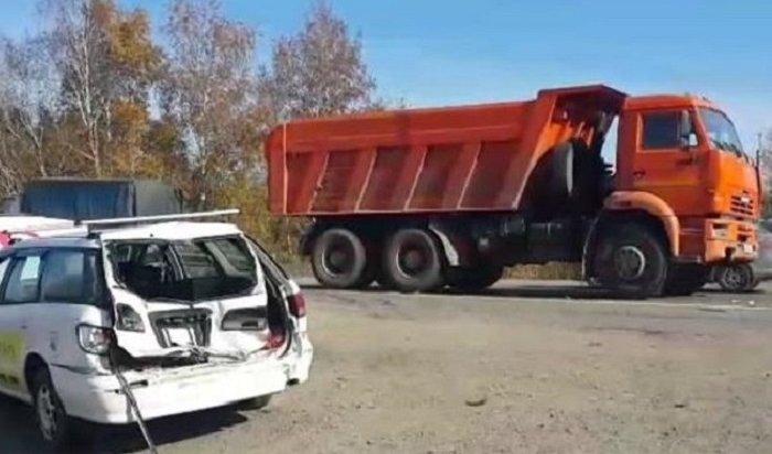 ВАнгарске пьяный водитель КАМАЗа врезался вNissan Expert сдвумя детьми (Видео)