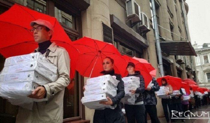 Путину принесли миллион подписей против пенсионной реформы