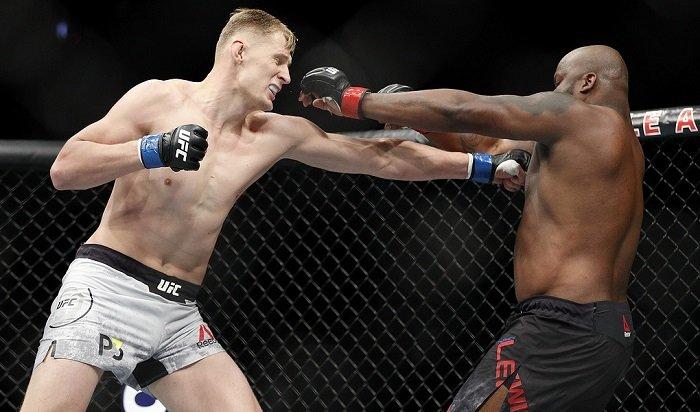 Натурнире UFC вЛас-Вегасе россиянин Волков нокаутом проиграл американцу Льюису