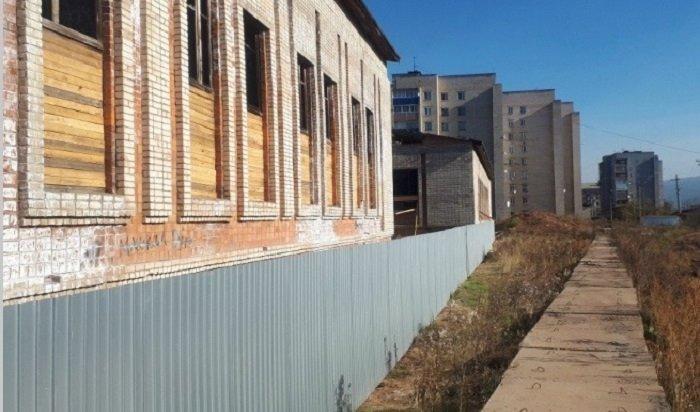 ВУсть-Куте огородили строящийся спортивно-оздоровительный центр, где случались ЧСсдетьми