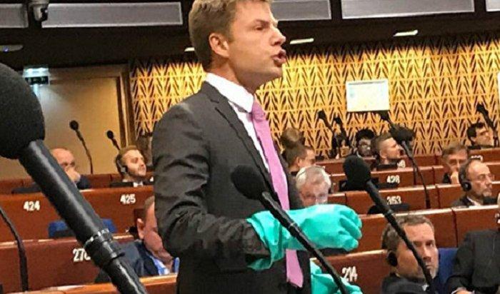 Депутат украинской Рады выступил вПАСЕ врезиновых перчатках