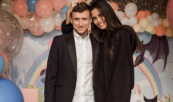 Жене Мамаева угрожают ишантажируют интимным видео