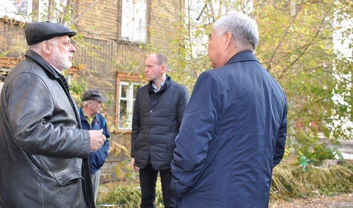 Представители Думы поговорили сжильцами аварийных домов наДепутатской