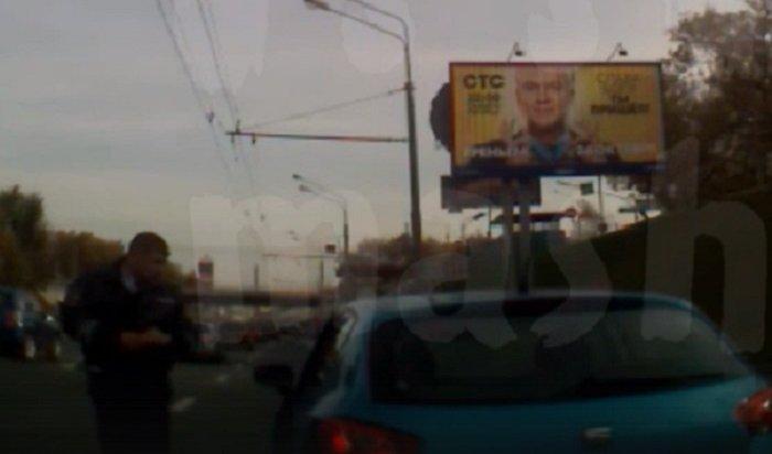 Сотрудники ДПС пришли напомощь москвичке, которой стало плохо зарулем (Видео)