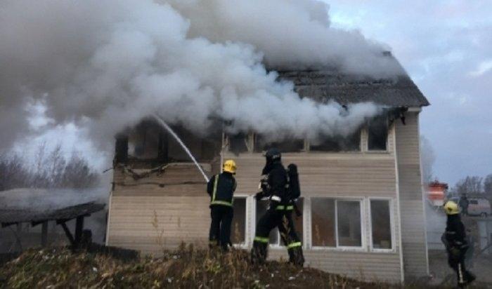 Двое жителей Иркутска чудом спаслись напожаре вкоттеджном поселке