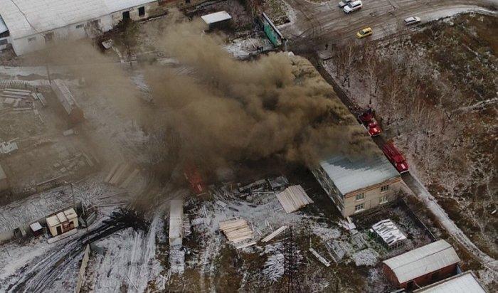 ВТайшете спасатели ликвидируют крупный пожар вадминистративном здании (Видео)