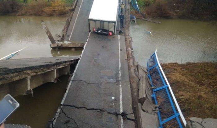ВПриморье обрушился автомобильный мост (Видео)