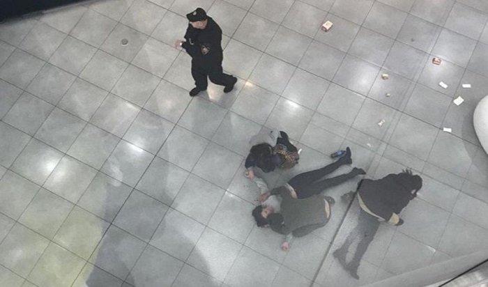 Встоличном ТЦ«Хорошо» женщина сбросилась счетвертого этажа, упав надругую посетительницу (Видео)