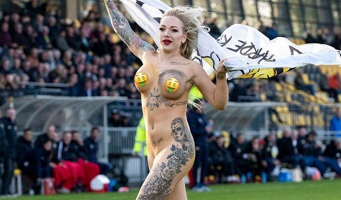 Обнаженная блондинка минуту бегала пополю вовремя матча чемпионата Нидерландов (Видео)