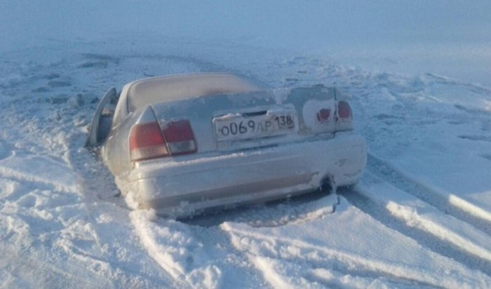 Toyota Camry иэкскаватор Caterpillar ушли под лед вИркутской области