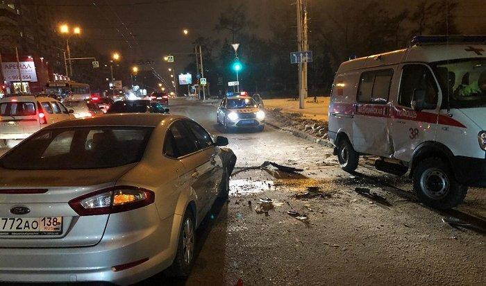 ВИркутске при столкновении Ford савтомобилем скорой помощи пострадали два фельдшера