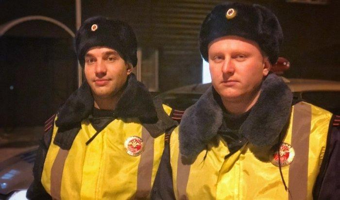 Сотрудники ГИБДД помогли автомобилисту, замерзавшему под Иркутском из-за поломки машины