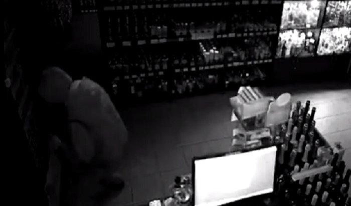 В Калининграде компания изпяти подростков за ночь обокрала три магазина и пыталась угнать несколько авто (Видео)