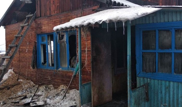 Мать идвое маленьких детей погибли напожаре вселе Большеокинском (Видео)