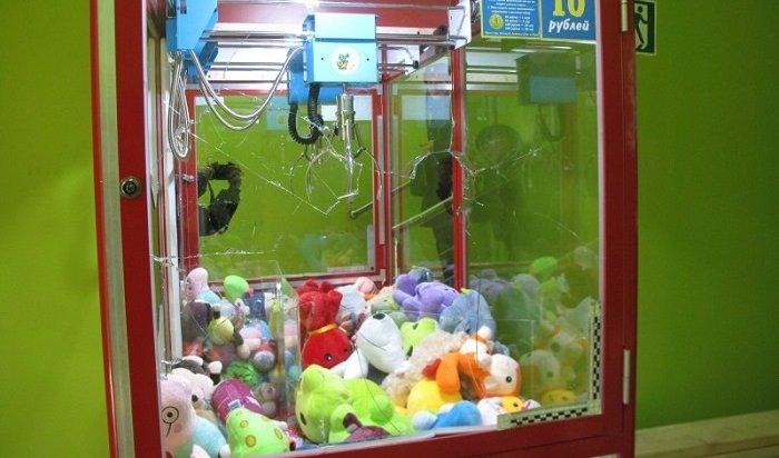 ВАнгарске вооруженный топором мужчина взломал игровой автомат смягкими игрушками