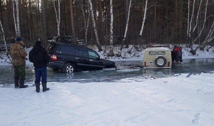 НаИркутском водохранилище под лед ушли два автомобиля