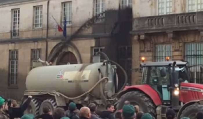 ВоФранции протестующие против цен набензин облили здание муниципалитета нечистотами (Видео)