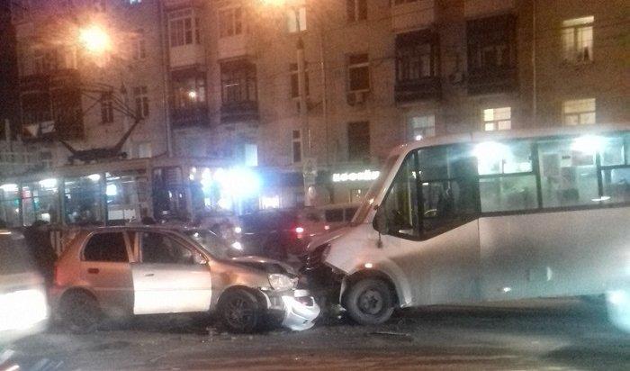 Четыре человека пострадали при столкновении маршрутки №16с иHonda Logo вцентре Иркутска