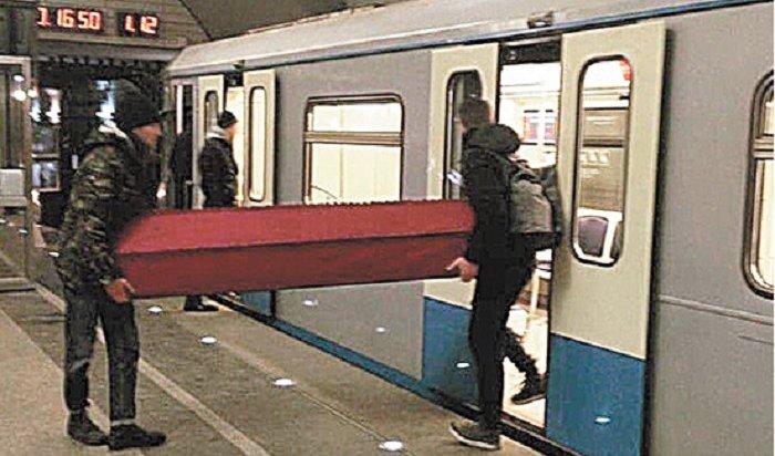 Пассажиры объяснили, почему перевозили гроб вмосковском метро (Видео)