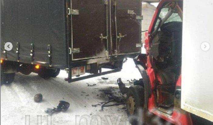 ВУсть-Илимске врезультате аварии погиб водитель грузовика