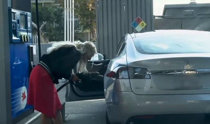 ВСША блондинка пыталась заправить Tesla бензином (Видео)