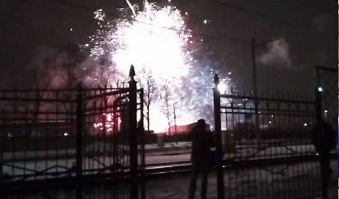 Из-за пожара напетербургском складе пиротехники начался фейерверк (Видео)