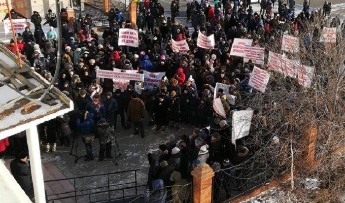 Около 500человек вышли намитинг против запрета навсе виды строительства вОльхонском районе (ФОТО)