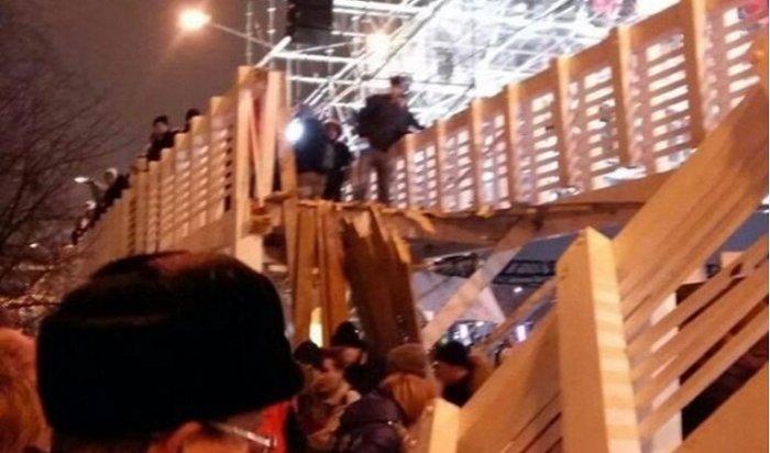 Вмосковском парке Горького обрушился мост слюдьми (Видео)