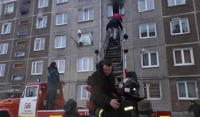 ВУсолье сотрудники МЧС спасли 23человека вовремя пожара вбывшем общежитии