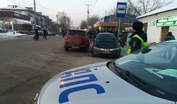 Автомобиль Honda Civic сбил двух женщин наостановке «Свердловский рынок» вИркутске (Видео)