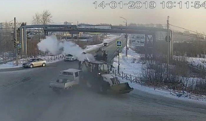 ВШелехове трактор въехал вмикрогрузовик (Видео)