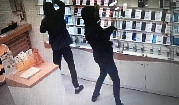 Трое студентов ограбили салон сотовой связи наулице Лермонтова (Видео)