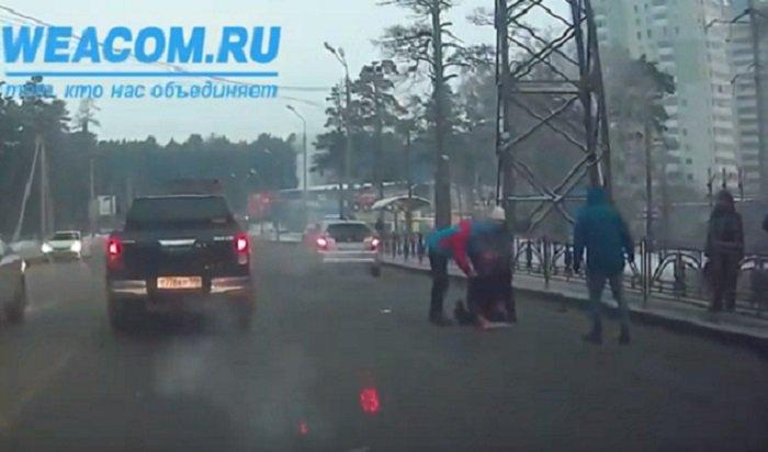 Наулице Маяковского вИркутске сбили человека (Видео)