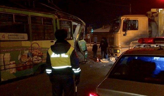 Школьница пострадала при столкновении грузовика страмваем наостановке «Детская» вИркутске (Видео)