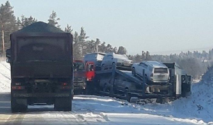 НаШелеховской объездной дороге легковой автомобиль столкнулся савтовозом (Видео)