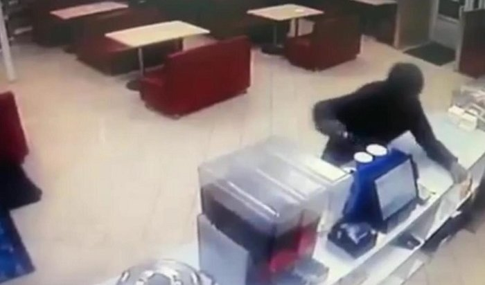 Рецидивисты заодин день ограбили кафе итаксиста вИркутске (Видео)