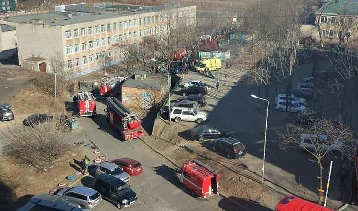 ВоВладивостоке дети оказались заперты вгорящей школе (Видео)