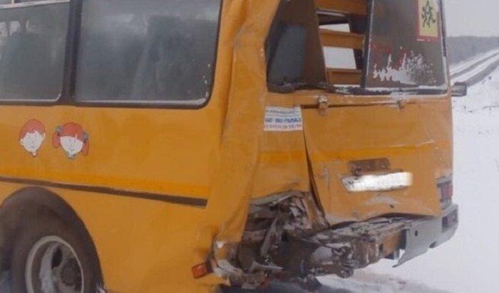 ВБратске лесовоз столкнулся сошкольным автобусом