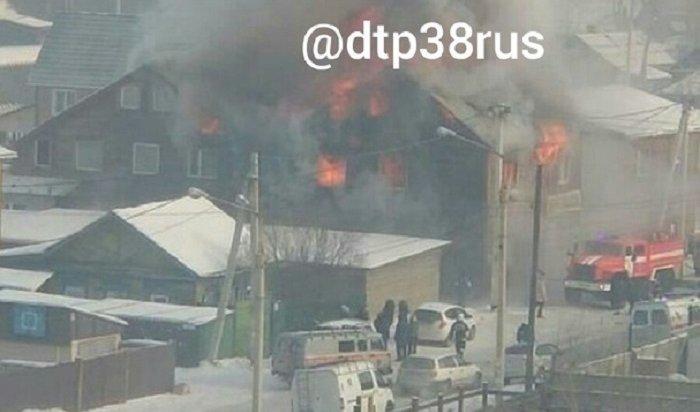 Двухэтажный дом горит наулице Мельничной вИркутске (Видео)
