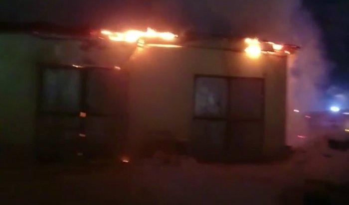 Крупный пожар произошел натерритории лесоперерабатывающего предприятия вУсть-Куте (Видео)