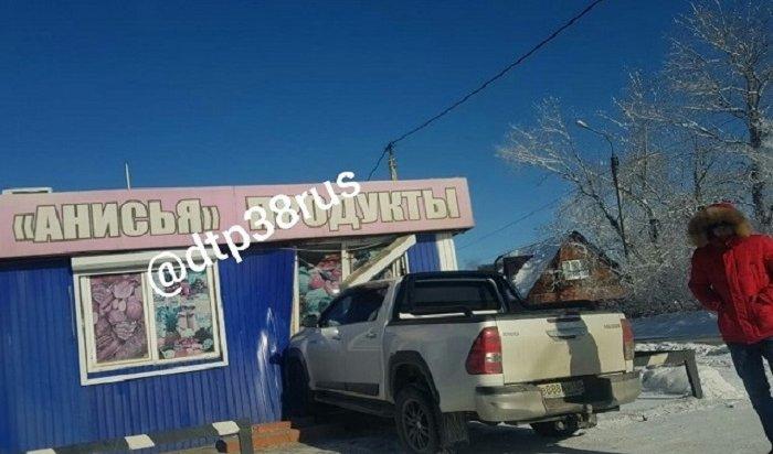 Пикап Toyota HiLux въехал вмагазин «Анисья» вИркутске