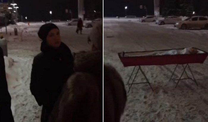 Жительница Самары привезла гроб стелом мужа кзданию правительства (Видео)