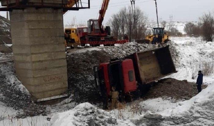 Под Тайшетом грузовик рухнул с обрыва