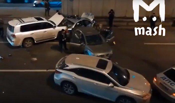 ВМоскве сотрудник ГИБДД погиб, оформляя ДТП (Видео)