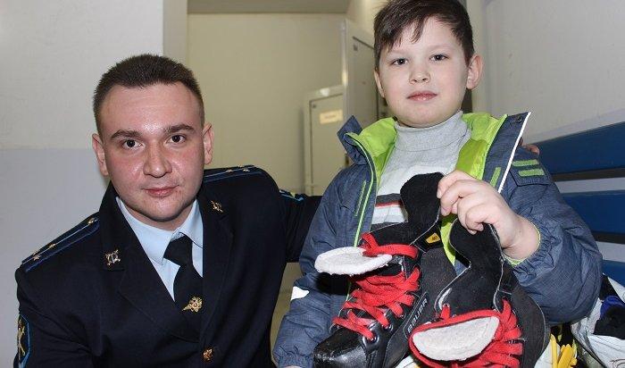 Полицейские вернули юному хоккеисту изИркутска украденную экипировку (Видео)