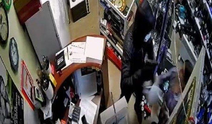 Молодой житель Усолья напал надевушку-продавца вмагазине (Видео)