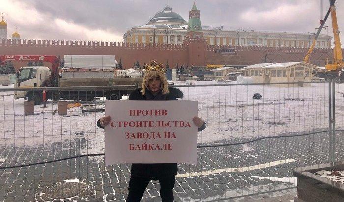 Сергей Зверев устроил одиночный пикет наКрасной площади против строительства завода наБайкале