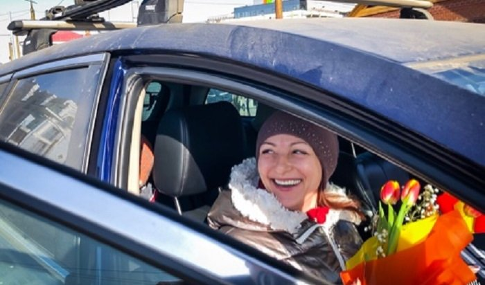 ВИркутске сотрудники ГИБДД поздравили автоледи снаступающим праздником