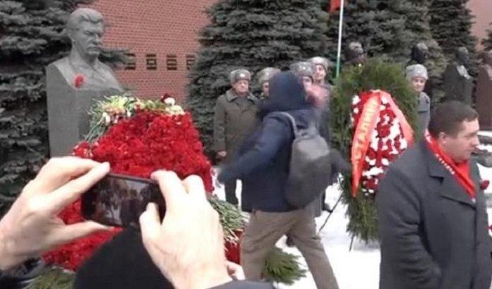 Активисты сообщили озадержании после акции умогилы Сталина вМоскве 5марта
