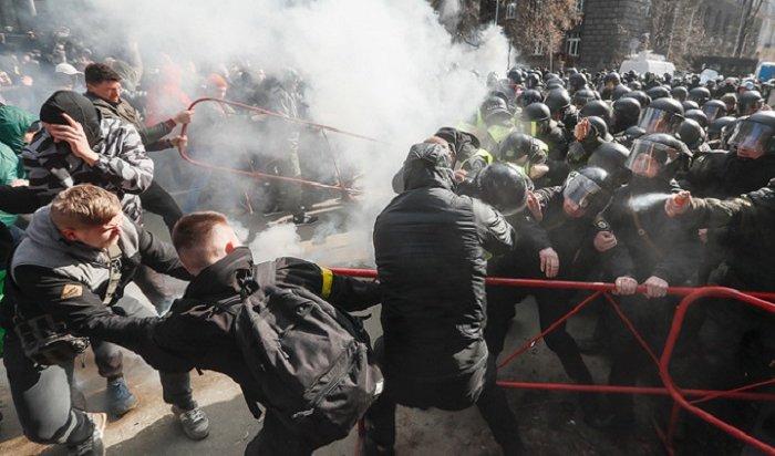 15 полицейских пострадали в Черкассах при отражении атаки радикалов (Видео)